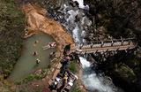Начало летнего туристического сезона на Камчатке. Группа туристов в термальной ванне на Тимоновских горячих источниках. Источники находятся на территории Тимоновского государственного зоологического заказника в 90 километрах от Петропавловска-Камчатского.