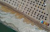 Густая коричневая субстанция, которую называют морской слизью или «морскими соплями», покрыла береговую линию Мраморного моря в Турции. Ученые предполагают, что это произошло из-за повышения средней температуры и загрязнений. Слизь представляет угрозу для морской флоры и фауны. Мраморное море соединяется с Черным, поэтому теперь она угрожает и ему, сообщает ВВС.