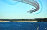 Пилотажная группа Королевских ВВС «Красные стрелы» выступает над побережьем Корнуолла во время саммита G7.