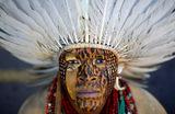 Участник акции протеста коренного населения Бразилии против демаркации земель этнических народов.