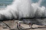 Горожане на набережной Черного моря во время шторма в Сочи.