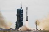 Ракета-носитель CZ-2F с пилотируемым кораблем «Шэньчжоу-12» с тремя космонавтами на борту взлетает к строящейся орбитальной станции КНР «Тяньгун». Космодром Цзюцюань в пустыне Гоби, автономный район Китая Внутренняя Монголия.