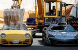 Уничтожение контрафактных автомобилей сотрудниками таможенного управления Филиппин.