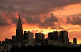 Вид на токийский район Синдзюку на закате.