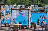Отдых горожан в новой пляжной зоне с бассейнами у Северного речного вокзала в Москве.