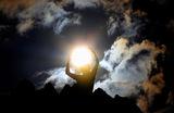 Человек празднует день летнего солнцестояния у археологического памятника Кокино в Северной Македонии на высоте 1030 метров над уровнем моря. Развалины считаются древней мегалитической обсерваторией возрастом более 3800 лет.