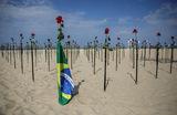 Напляже Копакабана в Рио-де-Жанейроразместили 500 красных роз. Так бразильцы почтили память пятисоттысяч умерших от коронавируса соотечественников.