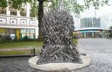 Железный трон из «Игры престолов» установлен на площади Лестер-сквер в центре Лондона по случаю 10-летия сериала.