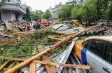 Последствия падения фрагментов кровли бывшего здания комбината газеты «Правда» на припаркованные автомобили.