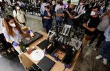 Женщина готовит кусок мяса, напечатанный на 3D-принтере компании Novameat на Mobile World Congress (MWC) в Барселоне — крупнейшем в мире мероприятии в сфере телеком и хайтек. Испания.