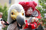 Червонная королева и Птица Додо на параде в Оксфорде, посвященном 150-летию выхода в свет детской книги английского математика и писателя Льюиса Кэрролла «Алиса в Зазеркалье».