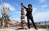 Художник Джеймс Крейг Пейдж тренируется на пляже Ай-Кейв перед чемпионатом Европы по укладке и балансировке камня в шотландском Данбаре, который пройдет 10-11 июля.