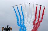 Празднование Дня взятия Бастилии в Париже. Выступление пилотажной группы «Патруль де Франс».
