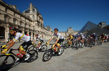 Гонщики «Тур деФранс» проезжают мимо Лувра.