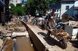 Работы по устранению последствий наводнения в городе Бад-Мюнстерайфель на западе Германии.