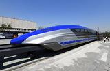 Первый китайский поезд на магнитной подушке (маглев), способный развивать скорость 600 километров в час, сошел с конвейера в городе Циндао восточной провинции Шаньдун.