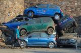 Груда автомобилей на улице города Бад-Нойенар-Арвайлер, образовавшаяся вследствие проливных дождей на западе Германии.