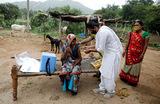 Вакцинация мобильной медицинской службой препаратом Covishield деревенских жителей в штате Гуджарат. Индия.