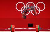 Штангист Хулио Майора из Венесуэлы (тяжелая атлетика до 73 кг, мужчины) радуется серебряной награде.