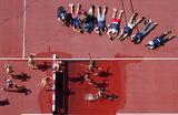 Фотографы у барьера. Легкая атлетика. Бег с препятствиями на 3000 метров среди женщин. Токио.