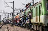 Пригородный поезд на железнодороной станции в городе Газиабад. Штат Уттар-Прадеш, Индия.