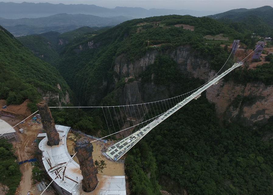 Туристы попытались разбить вКитае самый длинный стеклянный мост через пропасть